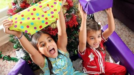 Gyerekek-karácsonyi-ajándékkal-450x253